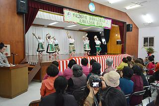 全琉婦人芸能大会に向けた壮行会で稽古の成果を披露した大川婦人会=21日午後、大川公民館