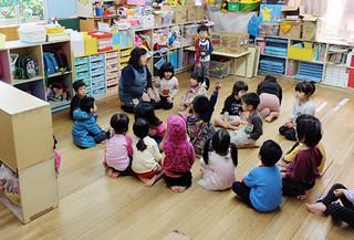 認可外保育園で、保育を受ける子どもたち。子ども・子育て支援新制度では、認可外保育園も地域型保育事業に移行できる=12月22日、石垣市内