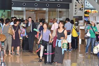 11月で観光客が年間目標の105万人を突破した。国内外から観光客でにぎわう南ぬ島空港(資料写真)