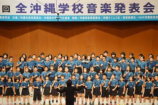 第61回全沖縄学校音楽発表会で爽やかな歌声を披露した平真小学校の4年生=26日、沖縄市民会館