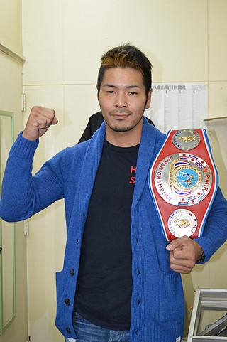 キックボクシングのWPMF日本ミドル級王座決定戦で勝利し、2階級制覇を成し遂げた廣虎=那覇市