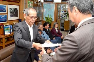 リゾート計画への反対を要請した竹富公民館の大山榮一館長(左)=7日午前、町長室