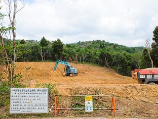 用地造成工事が進められている不発弾保管庫の建設地=8日午後、屋良部半島の市有地