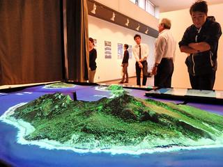 尖閣諸島の3Dジオラマ。手前は魚釣島=13日午後、市民会館展示ホール