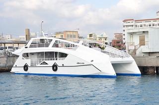 石垣港に入港している日本最大級のEV船「Vibes one」=13日午後、石垣港離島ターミナル
