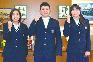 第5回高校生環境活動発表会全国大会に出場する林美羽さんと米盛英博君、宮城はづきさん(右から)=14日夕、八重農校長室
