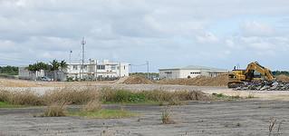 不発弾の発見場所から約200㍍の距離にある石垣市消防本部(左側の建物)=15日、旧石垣空港