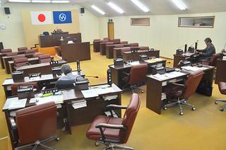 臨時会が招集されたが本会議が開かれないまま流会した竹富町議会の議場=16日午後