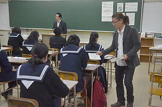 大学入試センター試験初日、八重山地区では78人が試験に挑んだ=17日午前、八重山高校