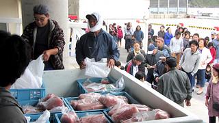 住民や観光客が大勢集まったカジキの特売フェア=18日午後、久部良漁港