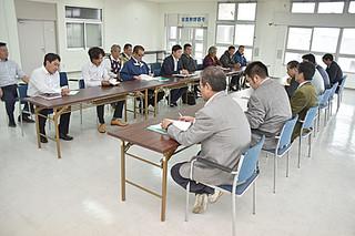 要請の回答について市側の説明を聞く県ハイヤー・タクシー協会八重山支部の会員ら(左)=21日午後、石垣港ターミナル2階会議室