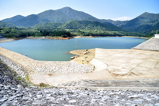 貯水量が回復せず、満水まで長期化が予想される真栄里ダム=23日午後