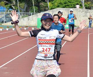 大病から復帰し、笑顔でゴールする森本千恵子さん=25日午後、市運動公園陸上競技場