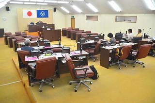与党5氏が着席したが過半数に満たず流会した竹富町議会臨時会=26日午後、議場