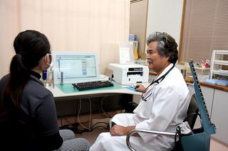インフルエンザの患者が増加し、医療機関で受診する患者が増えている=27日夜、上原内科医院