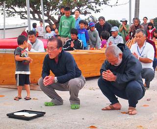新たなサバニの進水式で行われた祈願=25日、白浜船揚げ場(河島飛鳥さん撮影・提供)