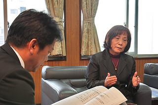 市の2013年度の10事業について市行政評価外部評価委員会で審議した結果を中山市長に報告する金城綾子委員長=29日午後、市役所市長室