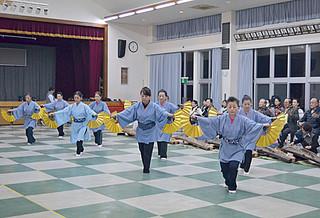 15日の東京公演に向け、リハーサルを行う八重山古典民謡保存会の本部会員ら=1月31日夜、大浜公民館