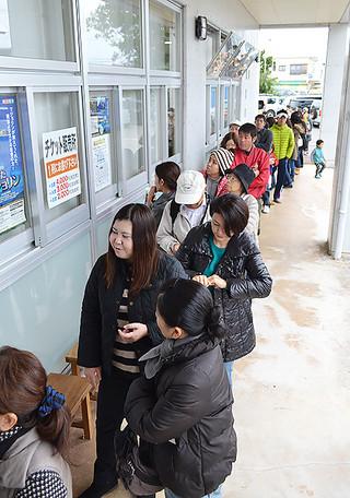劇団四季公演のチケットを購入しようと列をつくる人たち=1日午前10時前、八重山毎日新聞社玄関前
