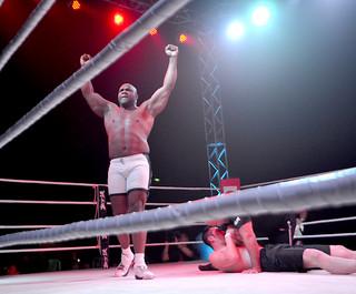 格闘技イベント「武勇伝」。メーンとなったボブ・サップと寺島力戦に勝利し、雄たけびを上げるボブ・サップ=1月31日、市総合体育館