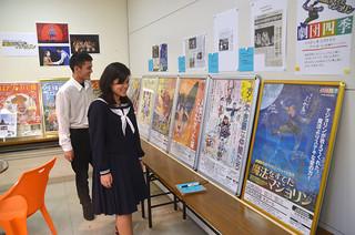 劇団四季ファミリーミュージカル石垣島公演10周年記念ポスター・パネル展=2日午後、同社トラベル情報スペース