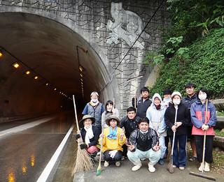 30人余りが参加した西表トンネルのボランティア清掃=4日