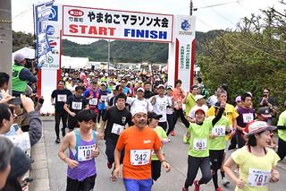 思い思いに西表島の自然を満喫した第22回竹富町やまねこマラソン大会23㌔スタート=7日午後、上原小学校前