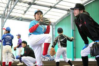 毎年恒例の千葉ロッテマリーンズ少年野球教室で昨季のパリーグ新人王の石川歩から投球の指導を受ける入米蔵大和君=8日午後、市中央運動公園ブルペン