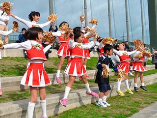 かわいらしいパフォーマンスを披露したキッズチアの子どもたち=11日午前、石垣市中央運動公園野球場