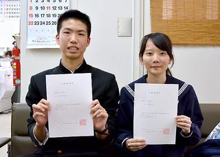 離島・北部枠で琉球大学医学部医学科に合格した八重山高校3年の騠橋信之介君(左)と長谷部郁さん=12日午後、同校校長室