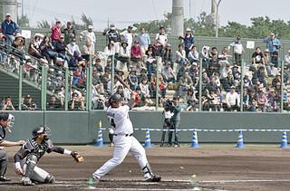 市民や島外からのファンなど3000人が見守る中、行われた千葉ロッテの紅白戦=14日午後、市中央運動公園野球場