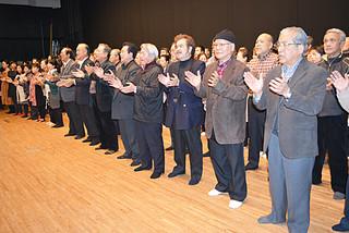 リハーサルフィナーレで「みるく節」を歌う出演者たち=14日午後、北とぴあつつじホール