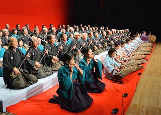 八重山古典民謡コンクール40回記念東京公演で「鷲ぬ鳥節」を斉唱する出演者たち=15日午後、北とぴあさくらホール