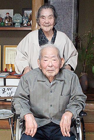 そろって100歳を迎えた入嵩西清佐さん、秀さん夫妻=18日午後、新川の自宅