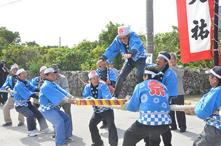 旧正月恒例の伝統行事、大綱引きに沸く住民ら=19日午後、黒島伝統芸能館前