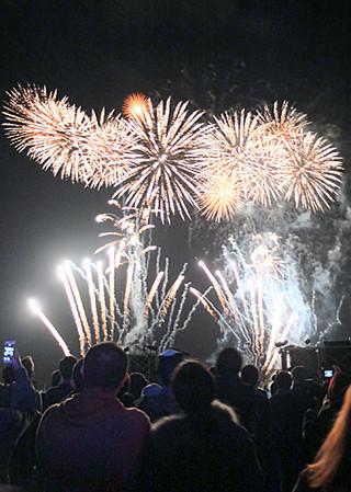 石垣島新春花火大会の前夜祭で打ち上げられた花火。21日夜は1500発がレーザーショーとともに夜空を彩る