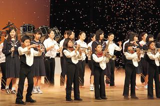会場を魅了した虹色コンサート。フィナーレではOB、OGも参加して華やかな演奏・演技を繰り広げた=21日夜、市民会館大ホール