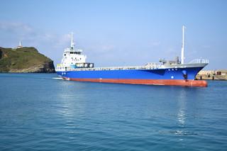 那覇—与那国の貨物輸送コスト低減などが期待されている新造貨物船「陽光丸」=20日午前、久部良漁港