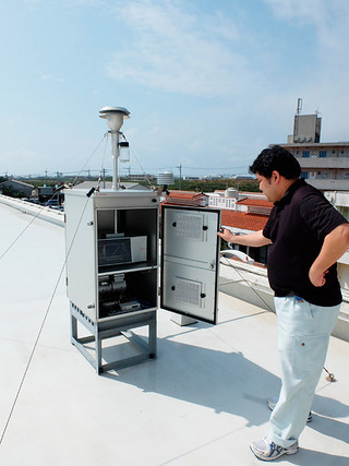 県八重山保健所の屋上に設置されているPM2.5の観測機器=23日午後