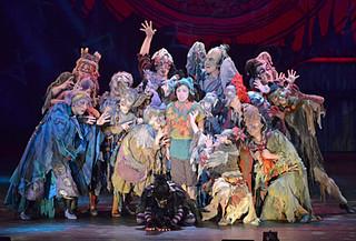石垣公演で上演された「魔法をすてたマジョリン」。物語のほか、ダンスや歌声、衣装でも観客を楽しませた=25日夜、市民会館大ホール