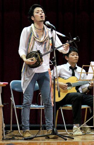 母校でのライブで「琉花の種」を熱唱する宜保和也さん=27日午後、伊原間中体育館