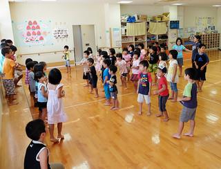 仲良くゲームやお絵かきで楽しく過ごす子どもたち=27日午後、石垣市子どもセンター