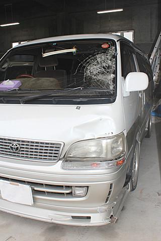 桑江淳容疑者が運転していたワンボックスカー。左側ボンネットが大きくへこみ、フロントガラスも割れている=2月28日午後、八重山警察署