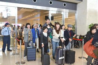 開港2周年を迎える南ぬ島石垣空港。到着ロビーは連日観光客が目立つ=5日午後