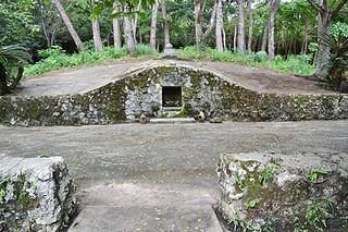 石垣市指定文化財(建造物)に指定された長田家の古墓=2014年9月11日午後