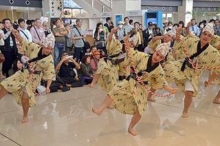 開港2周年で踊りを披露し、観光客を喜ばせた八重山高校郷土芸能部の部員ら=7日午前、南ぬ島石垣空港
