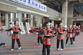 民踊愛好部会の「祝い節」で開幕した第20回石垣市民総合文化祭=7日午後、市民会館ピロティ