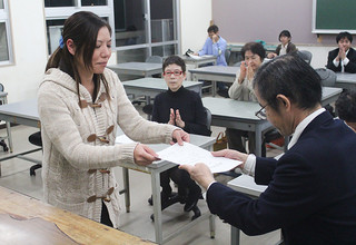 修了証書を受け取る川満美嘉さん=9日午後、同校簿記教室