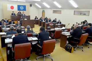 子ども・子育て支援制度などで質疑を交わした竹富町議会の3月定例会=10日午後、議場