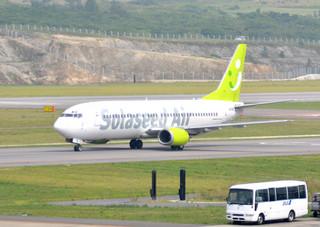 離島住民向けの割引運賃を発表したソラシドエア=2013年3月19日、南ぬ島石垣空港